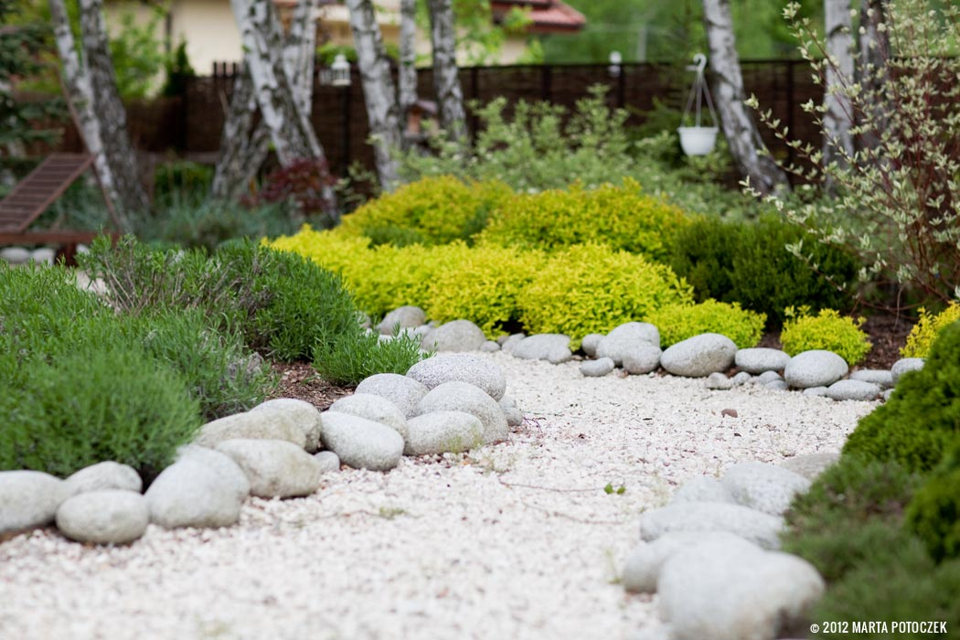 15_white_gravel_in_the_garden
