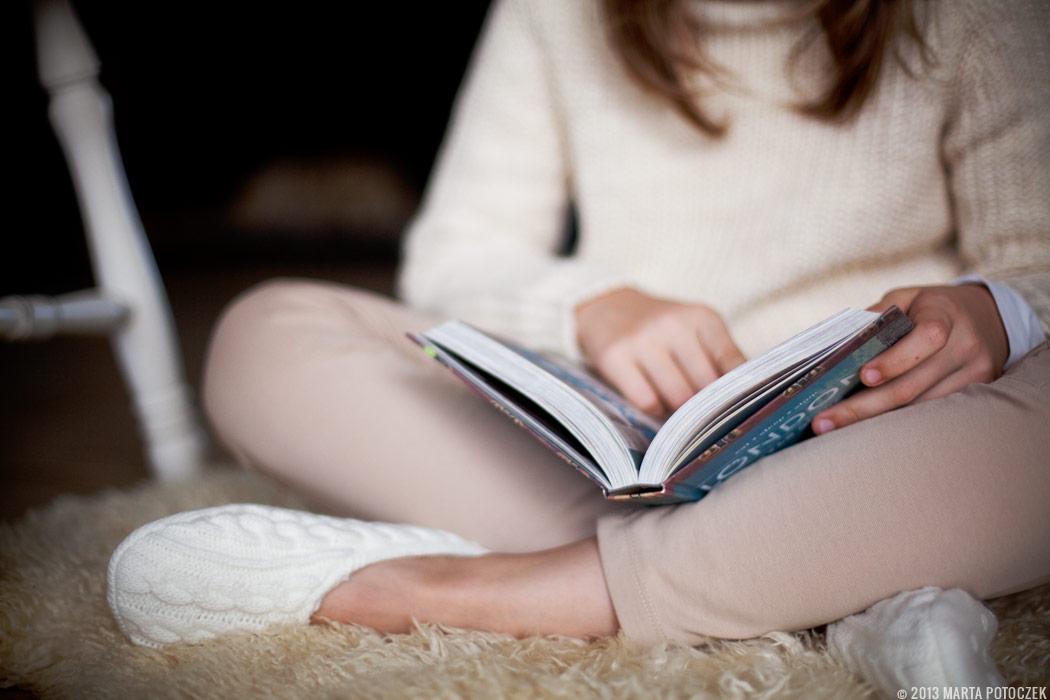 2_girl_reading