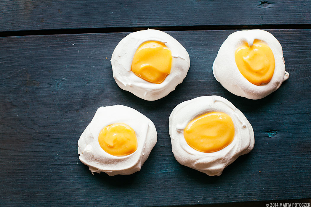 meringue-eggs-with-lemon-curd
