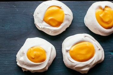 meringue_easter_eggs_with_lemon_curd_feat