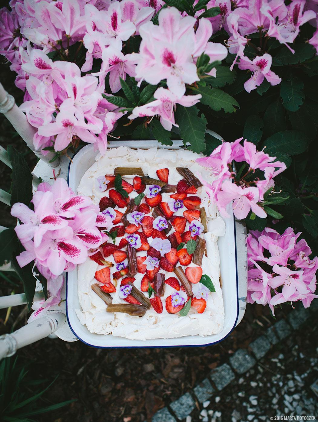 Beza Pavlova z duszonym rabarbarem i truskawkami