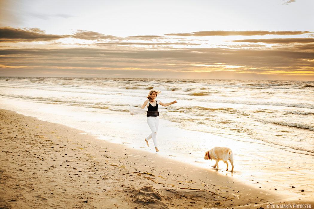 dziewczyna i pies nad morze