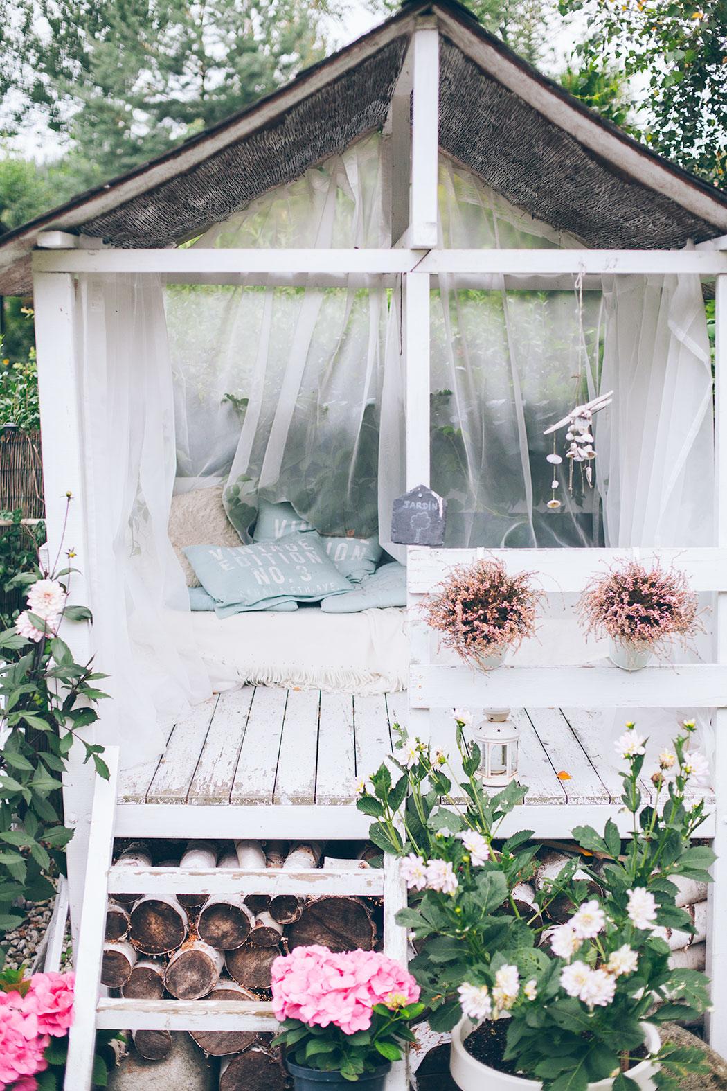 biały domek do ogrodu
