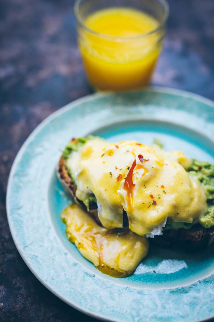 jajko w koszulce tost z awokado sos holenderski-3