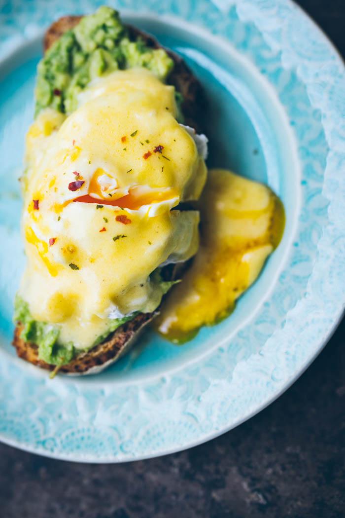 Pomysł na śniadanie-  przepis na jajko w koszulce , sos holenderski i tost z awokado.